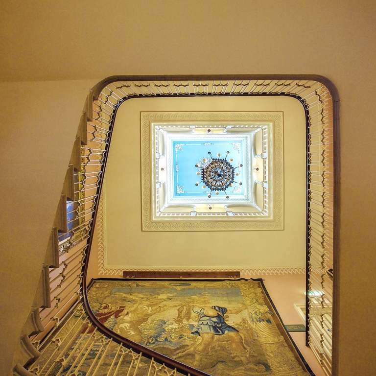 Main staircase - Discover Donnington Grove...