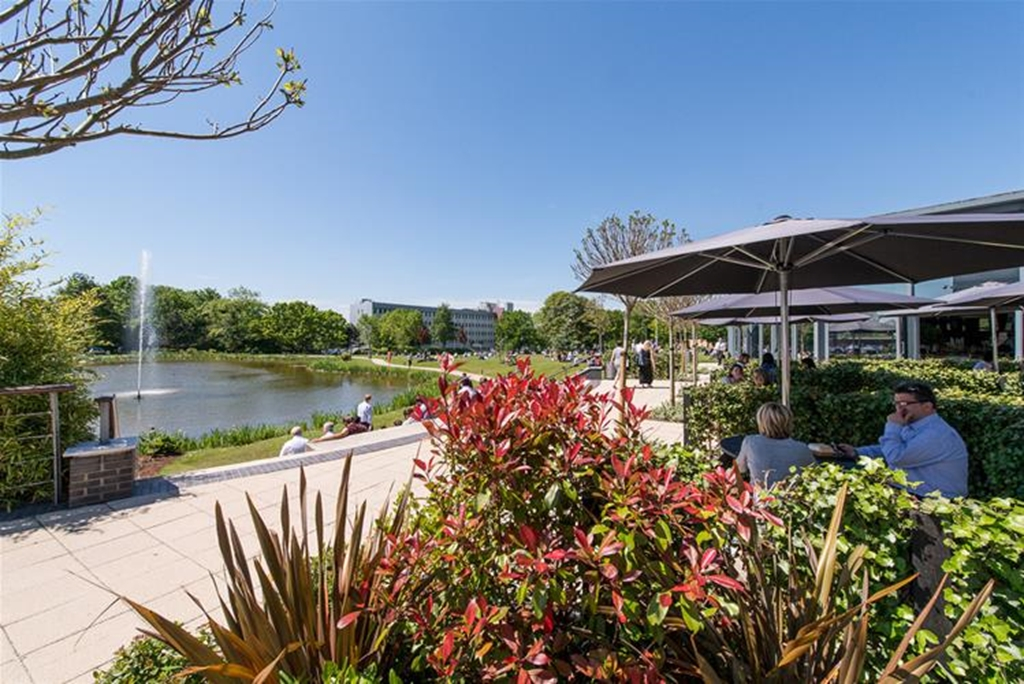 Manicured gardens with stunning lake, to enjoy outside dining and BBQ's