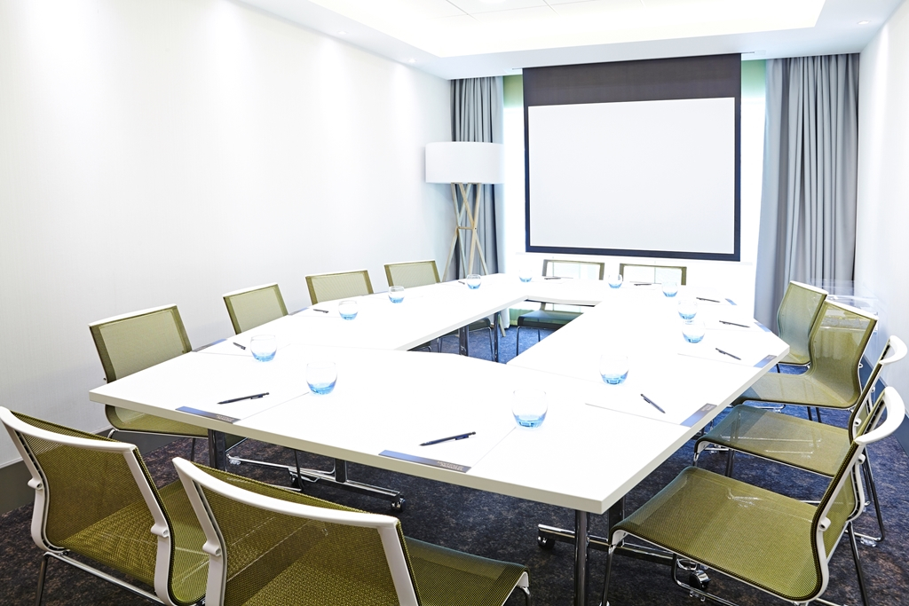 Syon Suite - Natural Daylight - BOSE sound system - Screen and Projector - Max 8 people boardroom -