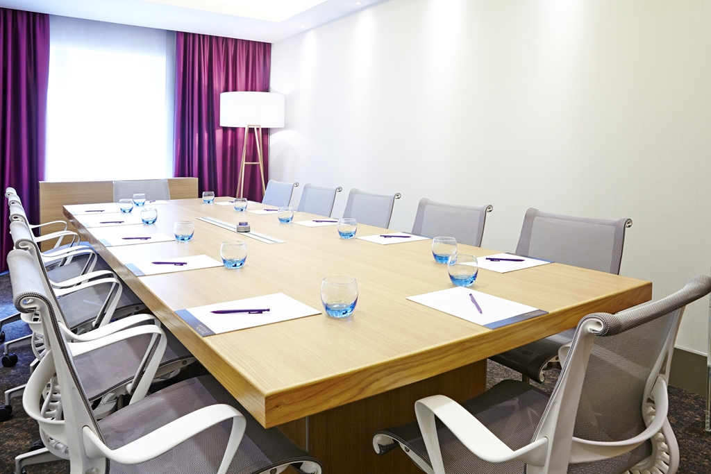 Boston Manor Suite - Natural Daylight - BOSE sound system - Plasma Tv - Max 10 people boardroom -