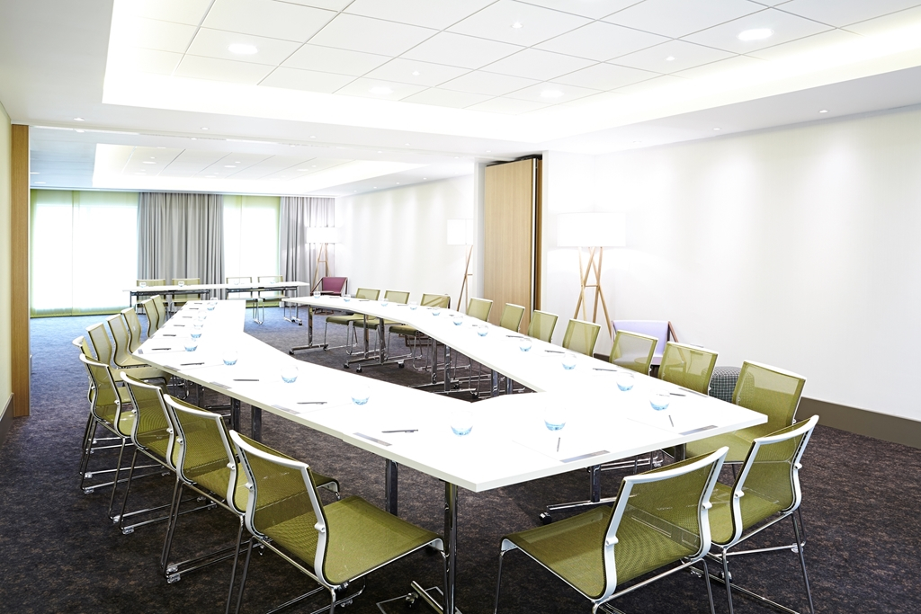 Kew Suite - Natural Daylight  - BOSE sound system - Screen and Projector - Max 36 people in cabaret