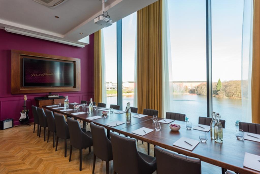 The Apartment Boardroom Style overlooking Pendigo Lake